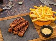 Рецепта Кебапчета от овнешко месо по дупнишки печени на оребрен грил тиган